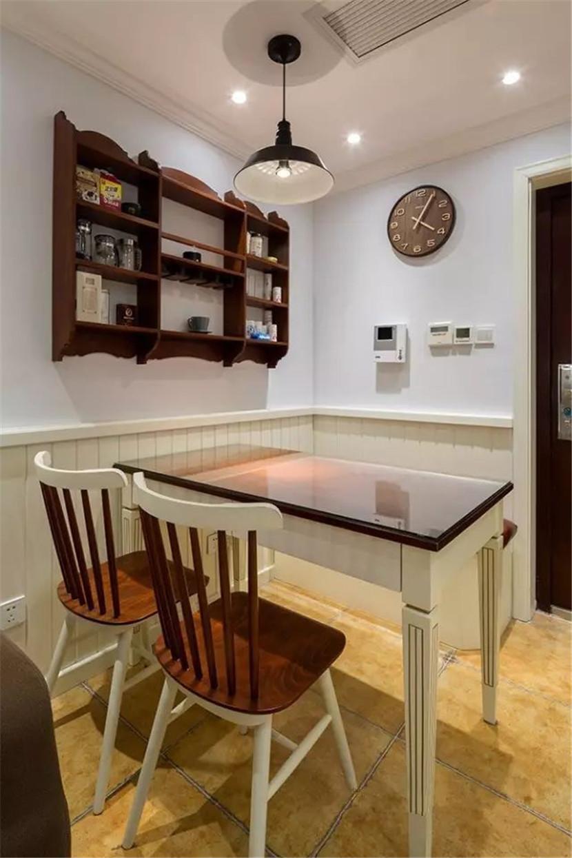式的设计,可以更省一些空间,餐厅边上的墙面置物架,造型好看又实用.图片