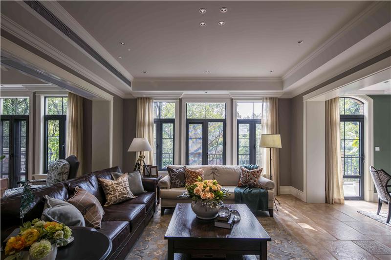 到了主卧空间,深咖色与乳白色的经典美式组合,将空间表现得更加图片