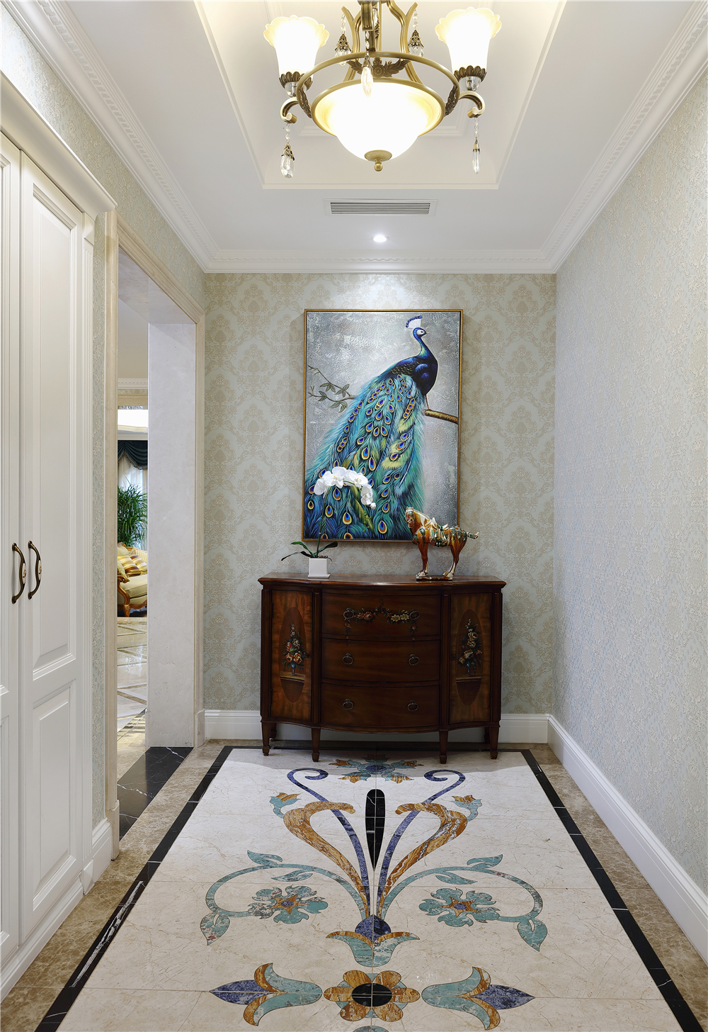 打开大门,映入眼帘的是一副孔雀图,搭配蓝绿相间的拼花地砖,深木色图片