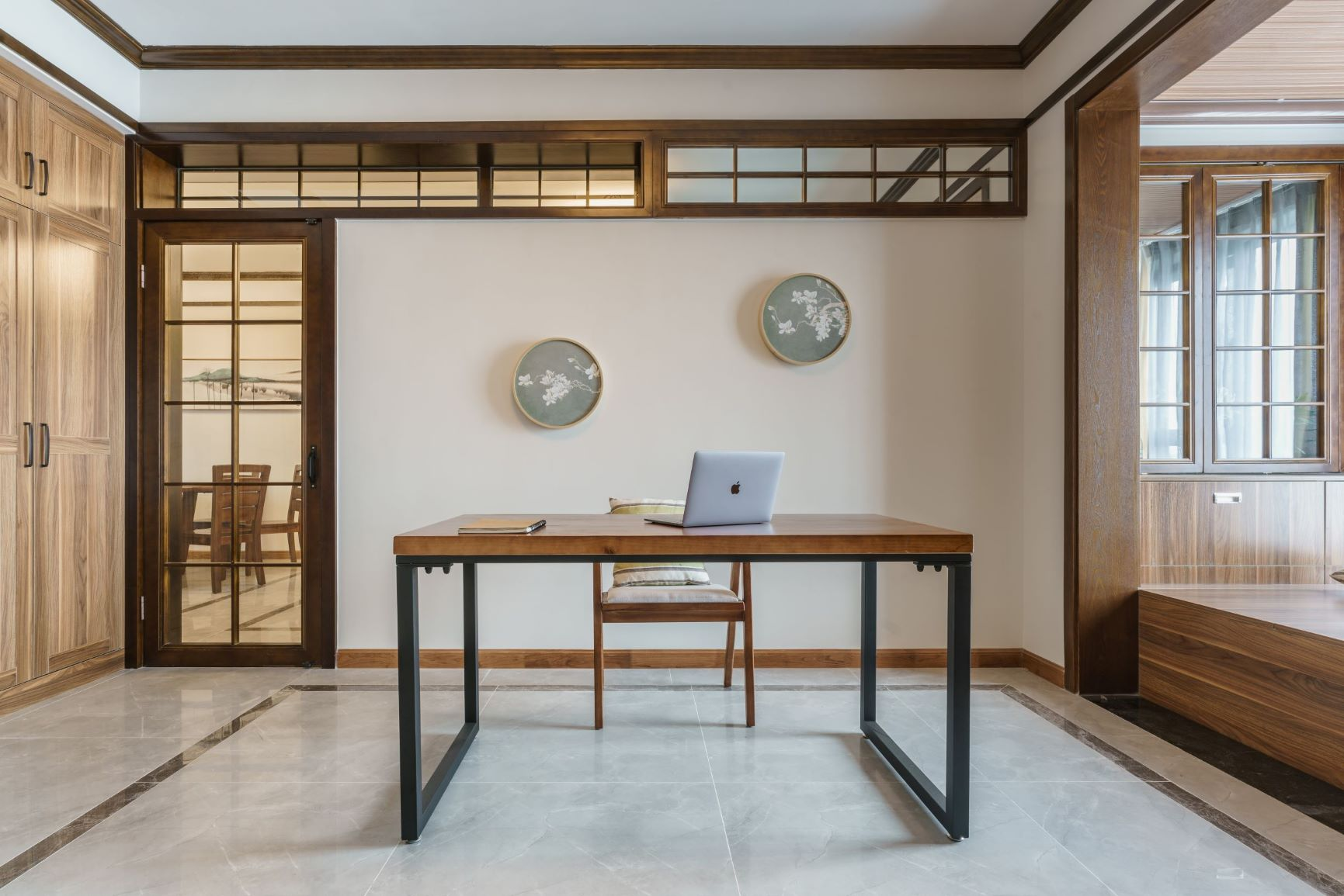 中式吊灯将风格定位,沙发背景墙上方留有返光灯槽,led灯带打出柔和图片