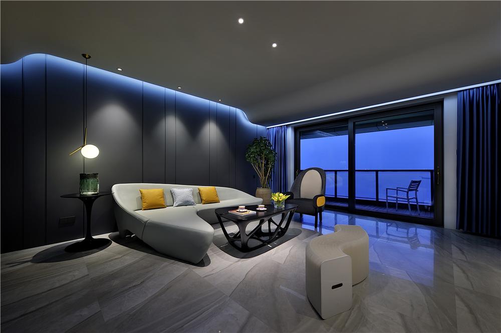 与夜月般的吊灯遥相呼应的,就是客厅的沙发,这款沙发由著名建筑师扎哈图片