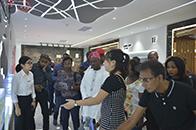 非洲国家记者?#34892;?#29677;一行到访宏陶陶瓷参观