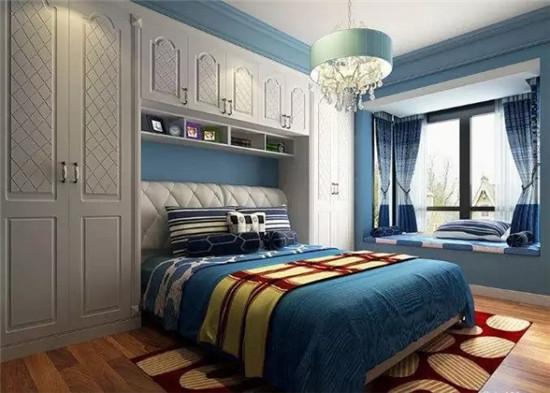床头上方设计一个与床屏厚度一致的多功能吊柜,既能增加卧室的储物量图片