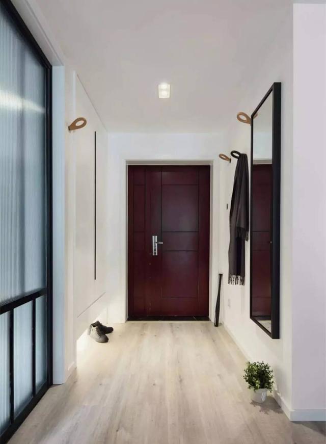 当门与时候迫不得已采用反色的颜色,各位把门的门套延伸到室内的印刷厂里的平面设计图片