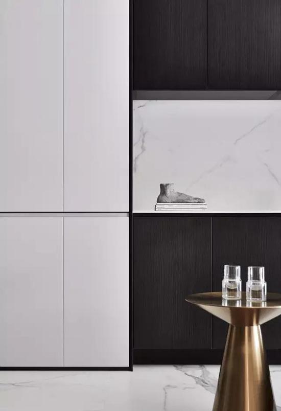 吊柜下的大理石墙面 与木质的橱柜,打造出一种新的视觉感 采用了,折叠图片