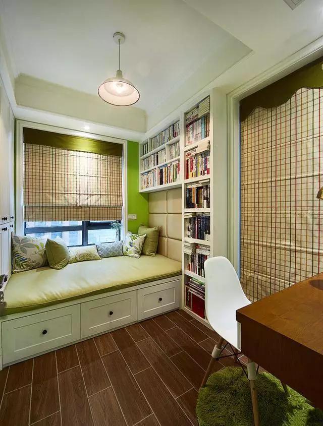 小餐桌搭配柜子沙發一體式,既美觀又舒適,還可以儲物.圖片