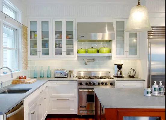 开放式厨房橱柜最好增加吊柜,柜体空间对于杂物收纳非常重要.图片