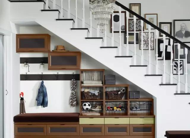 如果楼梯空间靠近大门出入口,那么可将楼梯下方空间设计成出入户的