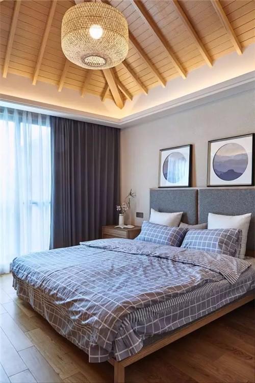 床头以布艺的软垫,睡前靠在上面看书也是相当舒适惬意;衣柜门以黑边图片