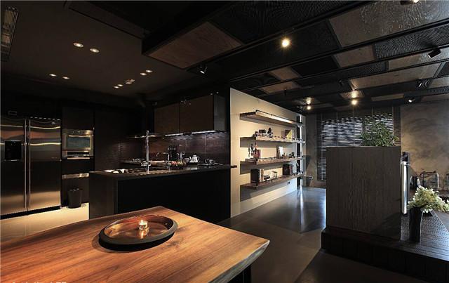 利用狭长的走廊摆放长形餐桌成为餐厅区,天花板也以铁网,铁架和木片图片