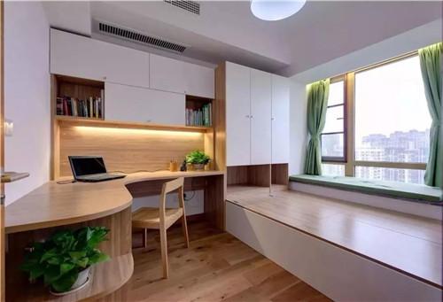 榻榻米连接着书柜和书桌,两者成为一体,平日作为书房,看书休息;家中