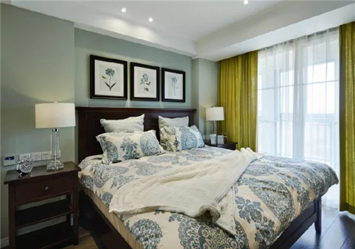 彩色墙漆 挂画的床头背景墙装饰是稍显清新气息的美式床头背景墙选择图片