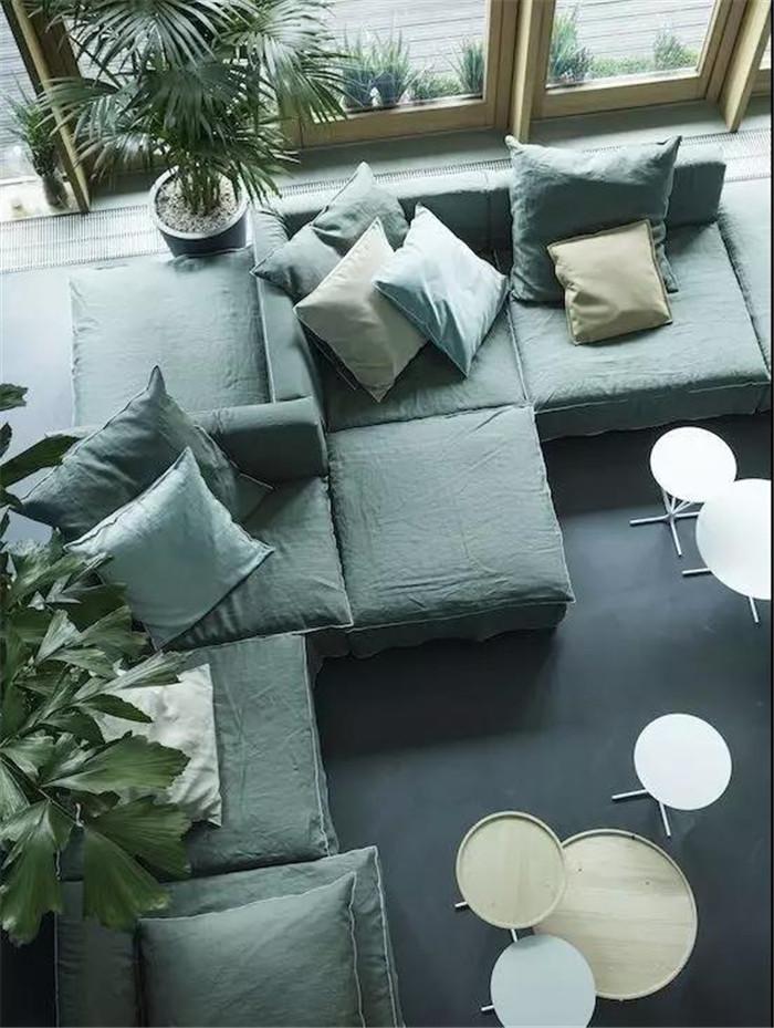 现在流行的北欧极简风格, 多采用素色的布艺沙发.图片