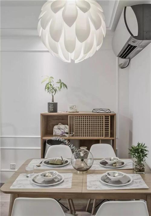 餐厅身后放置实木餐边柜,略带复古气息,爵士白款pvc餐垫,造型吊灯图片
