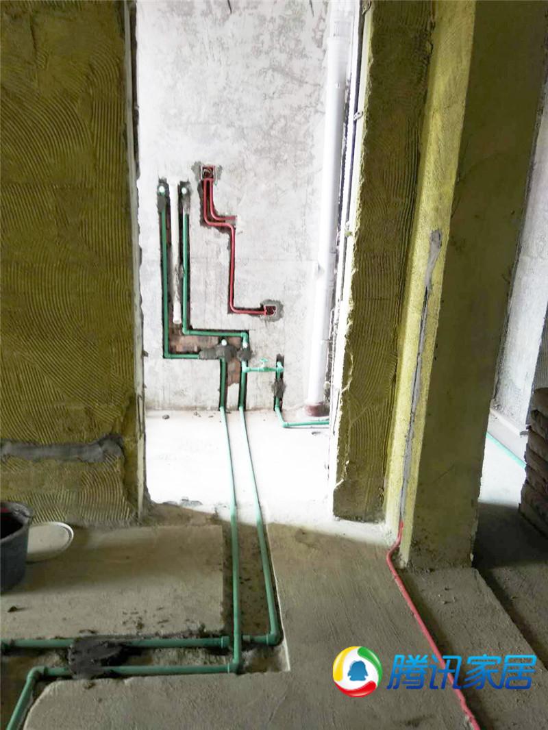 强电线管墙面走线,墙面开槽,同样的横平竖直.jpg