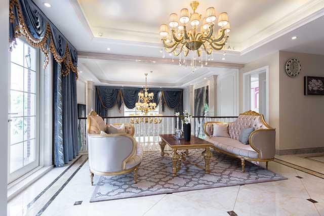 这个法式风格的卧室中,高贵的气息要更浓郁些,无论是床头部分的曲线图片