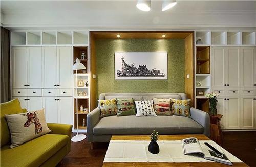 设计师最大化的利用了空间,合理的安排了餐边柜与沙发后面的柜子结合图片