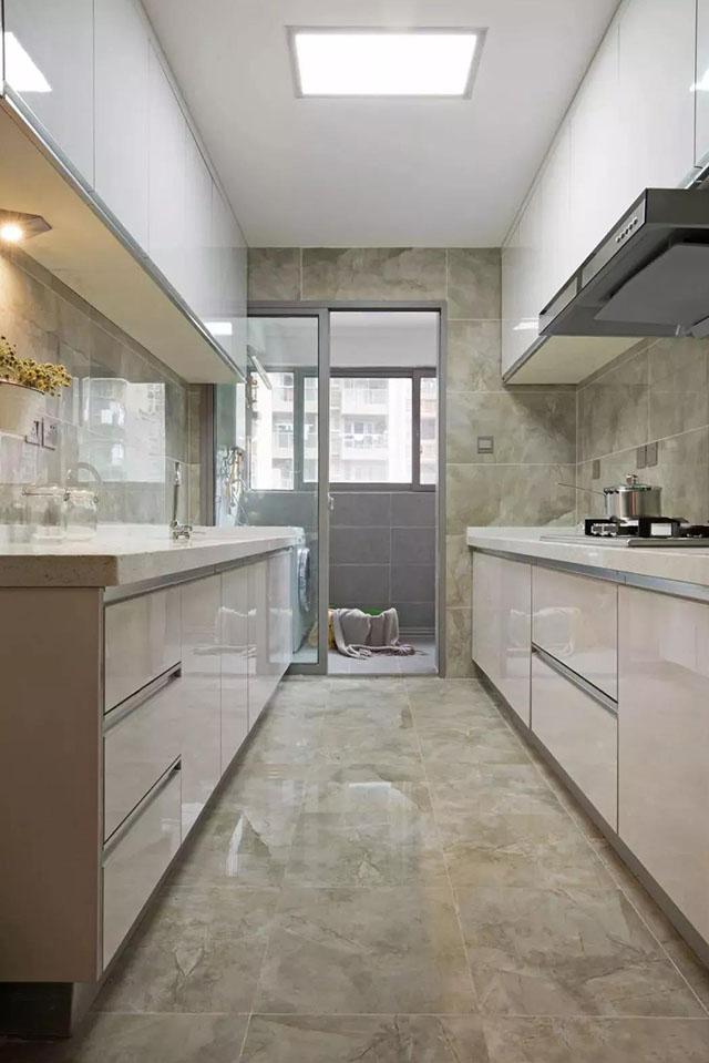 通过把这个小阳台打通与厨房连在一起,然后把这个空间装成休闲区,让