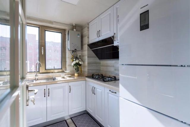 业主比较喜欢镶嵌式设计,要求橱柜留出烤箱好冰箱的位置,最后的完成图片