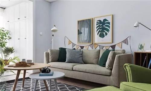 设计以生活实用为主, 北欧风的实木沙发搭配上黑棕色的茶几简单随意图片