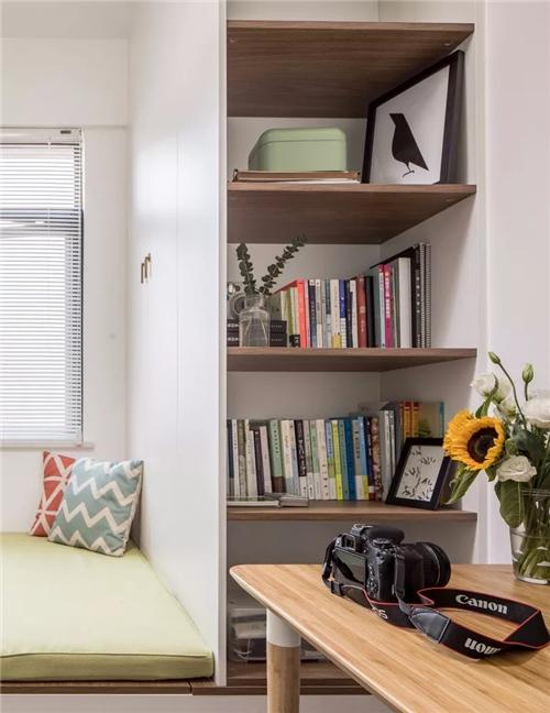 书桌采用通长的层板,搭配同色系的书柜,实用的榻榻米,既可学习又可