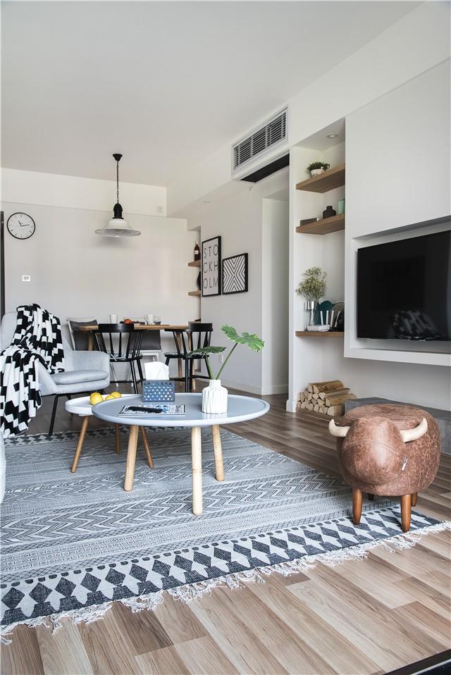 以简约的壁炉式为原型设计了电视背景墙,原木搁板与水泥底座的材质图片