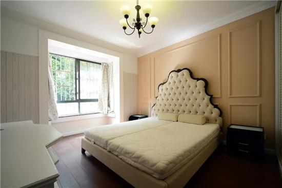 主卧室的奶咖色床头背景墙上做了对称的石膏线造型,优雅,精致的软包