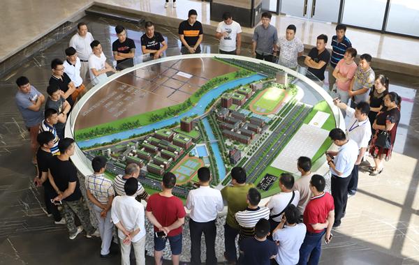 广作红木研究院调研工作组共同参观江门广雅学校整体规划模型
