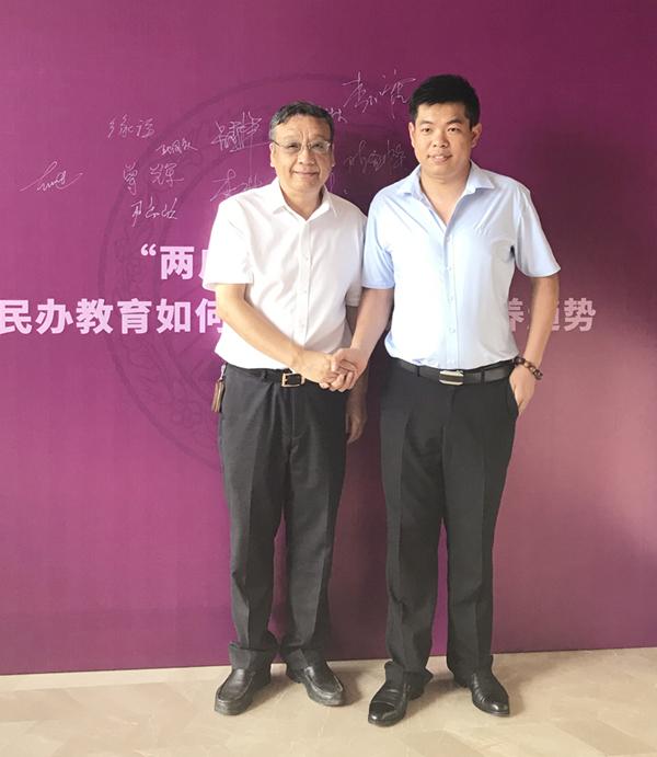 广作红木研究院院长尹付林(右)与江门广雅学校校长、教育总监冯如希(左)合影