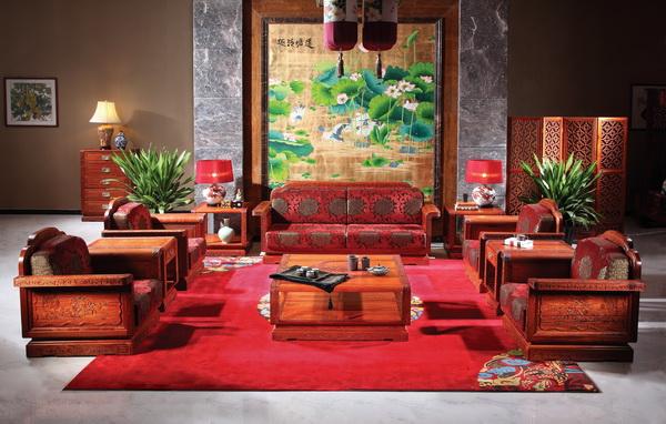 以红色为基调的客厅地毯给人眼前一亮的感觉(国寿红木供图)