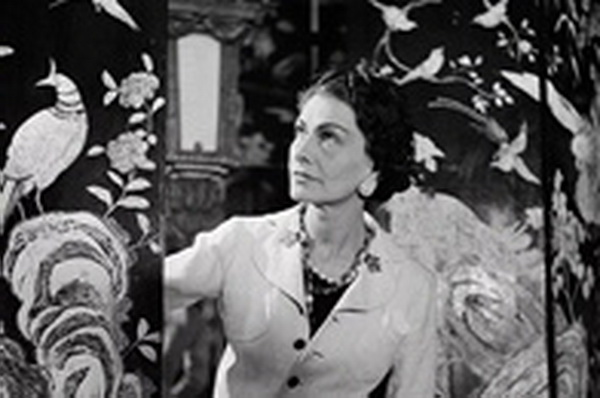 嘉柏丽尔·香奈儿与她钟爱的乌木漆面屏风,摄于1937年( 摄影:Lipnitzki & Roger-Viollet,图片来自CHANEL 中国官网)