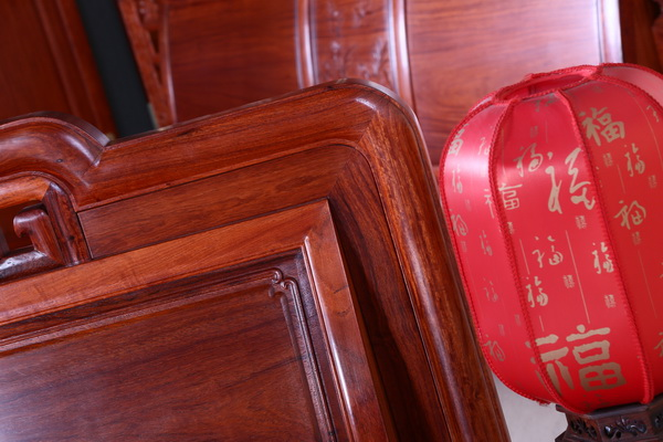 在床头放置红色灯笼样式的台灯,喜庆之余又不失中式韵味(一品居供图)