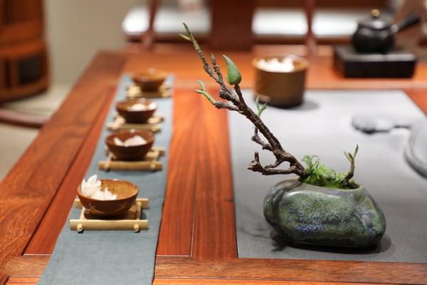 茶台上通过摆放小件绿植增添意境(双洋红木供图)