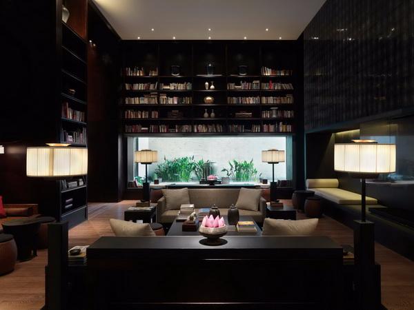 红木打造的整面书墙让书卷气息和红木的古色古韵相互融汇,客厅的整体结构也更具文化感和厚重感