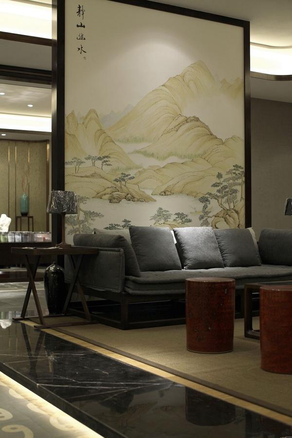 典雅朴素的中式家具搭配古色古香的画卷,整个客厅显得庄重典雅