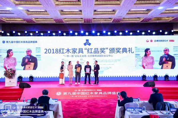 颁奖典礼上,卓木王总裁杜长江(左三)接受台上主持人采访