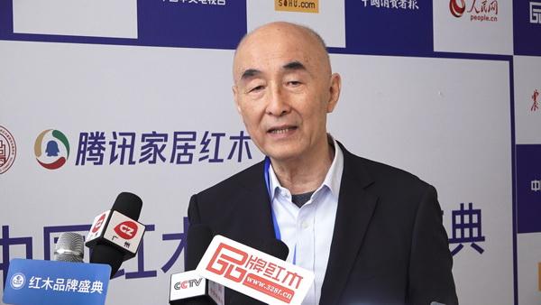 在第九届红木家具品牌盛典上,泰和园董事长邵湘文接受媒体联访