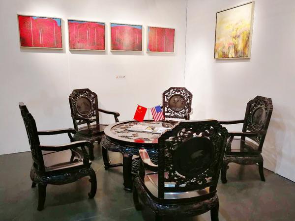 《丝翎檀雕松鹤延年茶台》亮相第23届美国洛杉矶国际艺术博览会中国国家展