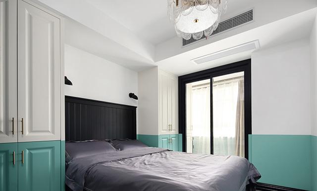 次卧空间较小,所以将柜子设计在床头两侧,柜子颜色与墙面融为一体.图片