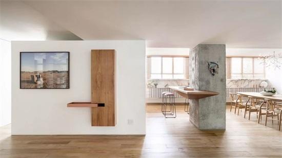 超大客厅书架,木制家具和橱柜以及黄铜装饰结合