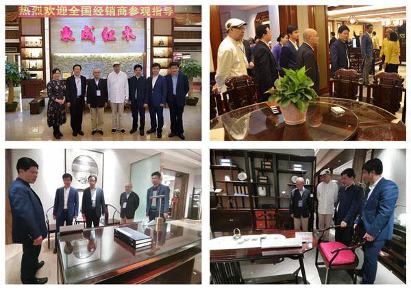 在东成红木董事长张锡复的陪同下,嘉宾们参观并了解东成文宋、东成定制