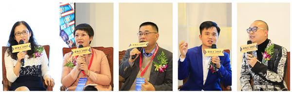 宋薇(左一)、张仲凤(左二)、唐人(中)、林伟华(右二)、杜长江(右一)围绕卓木王的发展展开讨论.jpg