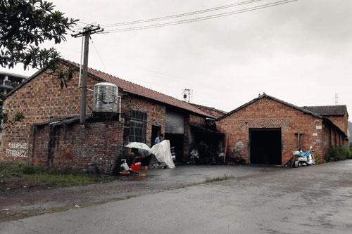 1997年,李忠信在龙山凤租赁厂房,创办了中信红木家具厂,以夫妻经营模式开始了艰苦的创业