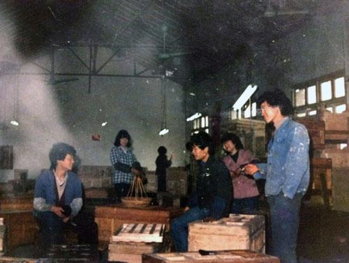 李忠信(左一)学徒时照片.jpg