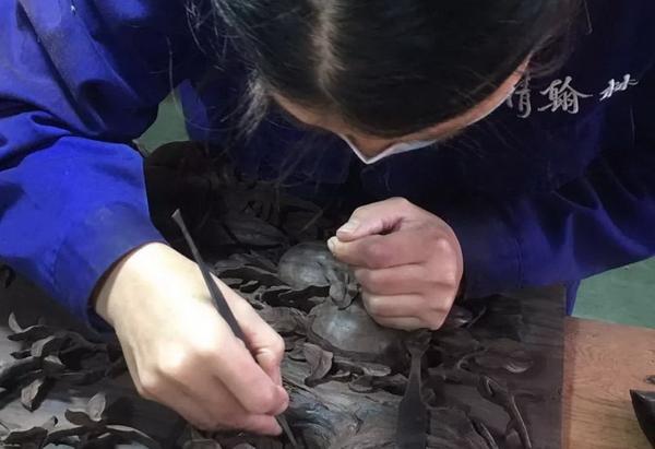 大清翰林工匠以古典家具为载体,精雕细琢,夺器物造化之功.jpg