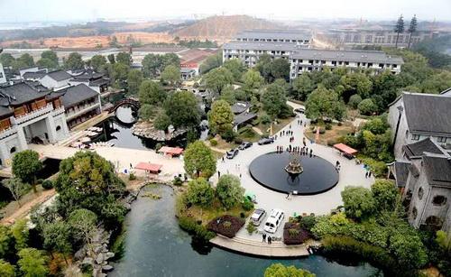年年红投资建设国家级5A级旅游景区红木家居文化园——龙天小镇.jpg