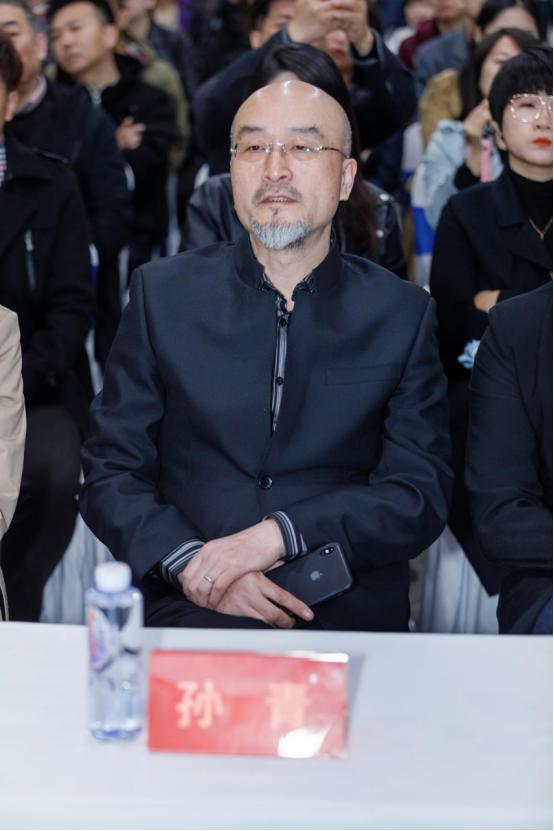 担任大连市平面设计协会主席、大连工业大学艺术设计学院副院长 孙青