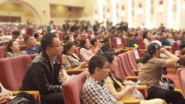 北京大学300余名学生在现场观影.jpg