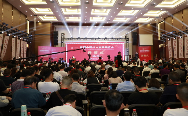 首届中国红木家具展览会于4月26日在浙江东阳中国木雕城拉开序幕