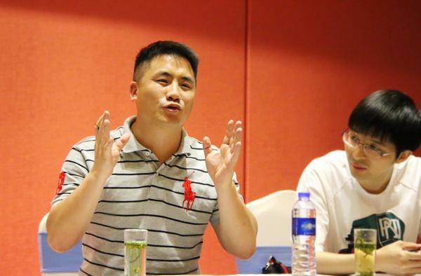 东阳市红木家具行业协会青年企业家委员会主任、东阳双洋红木董事长王海洋(左)在会上发言.jpg